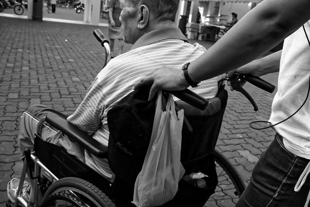 介護業界の人手不足の原因は?